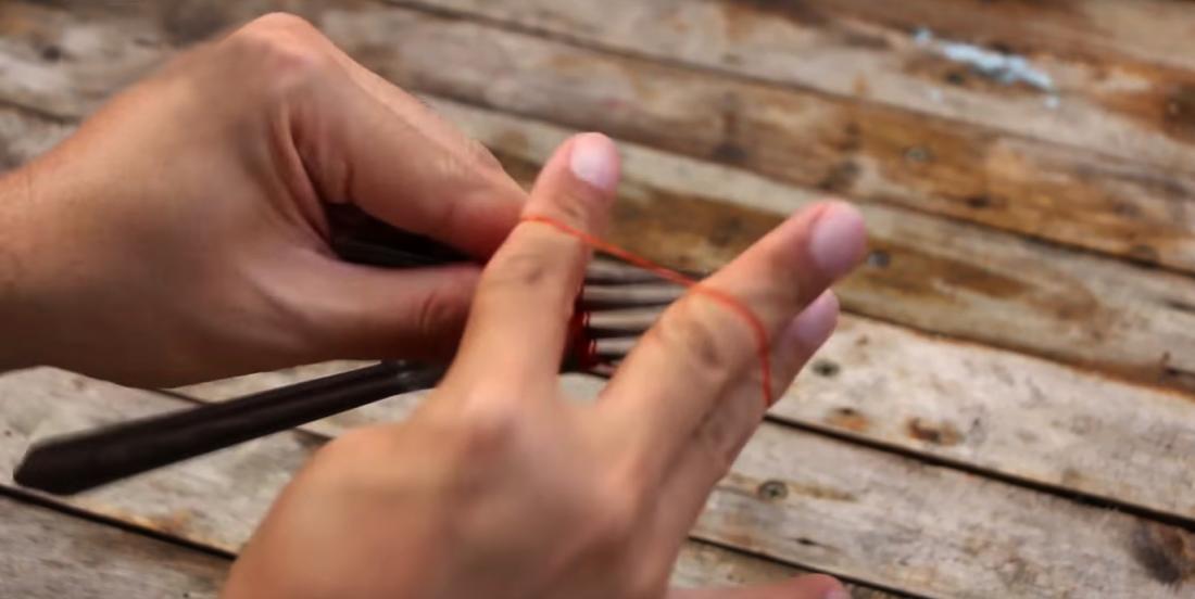 Elle n'a pas de pinces sous la main, elle décide de mettre un élastique autour de 2 fourchettes