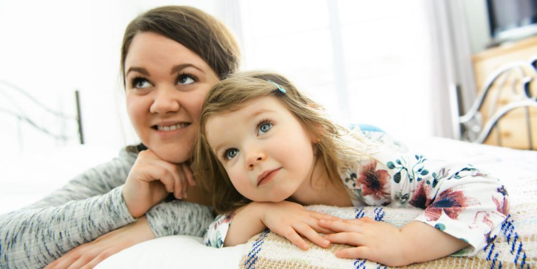La recherche indique que les mères monoparentales font moins de corvées et dorment plus que les mères mariées!