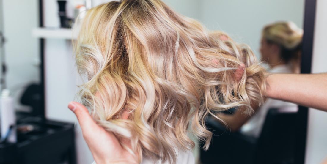 Voici pourquoi vos cheveux sont si beaux et brillants quand vous sortez du salon de coiffure
