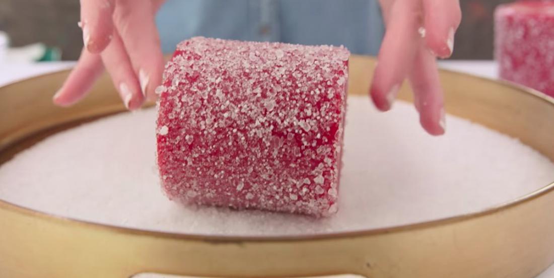 Roulez une bougie dans du sel et créez une décoration qui fera sensation dans votre salon!
