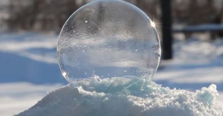 Soufflez des bulles de savon dans la neige et regardez quelque chose de merveilleux se produire...