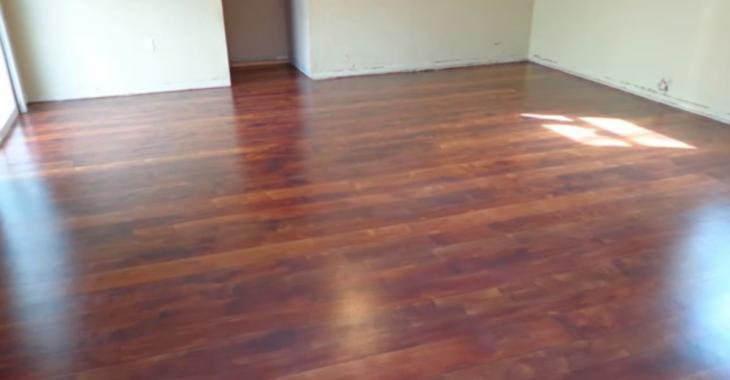 Ce plancher à l'allure de bois franc, mais la technique utilisée n'a rien à voir avec le bois