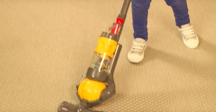 Une idée cadeau pour enfants qui vient en aide aux parents: un aspirateur-jouet Dyson qui aspire vraiment!